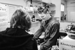 Alexander ist Mitarbeiter im Getränkemarkt Getränke Brielbeck in Ascha und berät die Kunden rund um die Themen Getränkelieferant, Barzubehör und Biertischgarnitur.